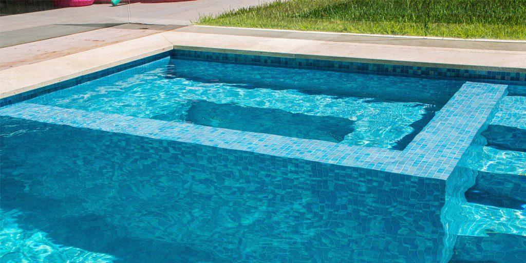 Bassin de spa et piscine en mosaique