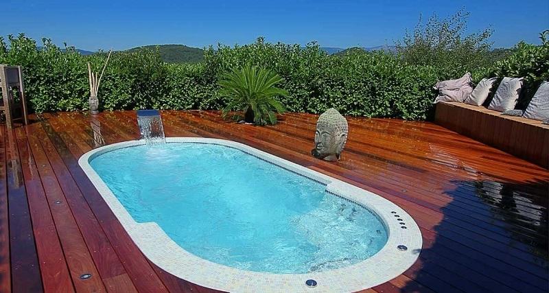 Exemple d'implantation de spa de nage carrele de mosaique de la marque Clair Azur