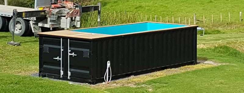 Le container piscine est simplement posé sur un lit de gravier stabilisé
