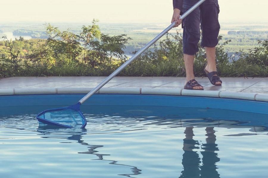 Apprendre à nettoyer sa piscine en identifiant les produits d'entretien et les bons outils