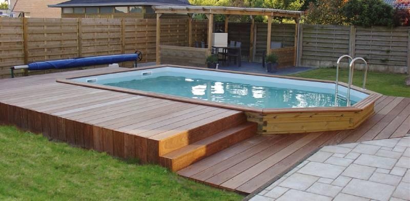 Les terrasses en bois s'accordent parfaitement avec une piscine en bois