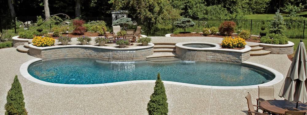 Plage de piscine en béton désactivé couleur claire