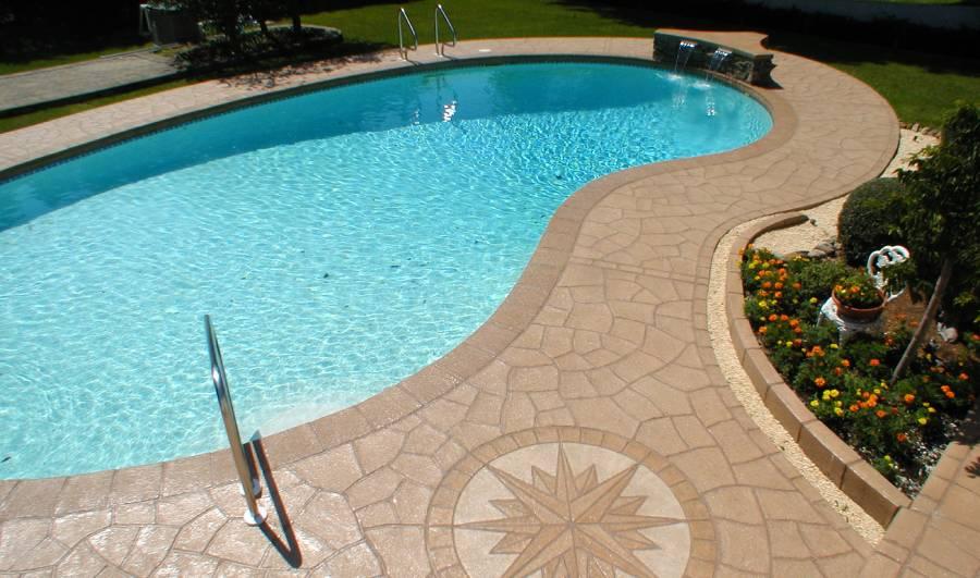 Les motifs décoratifs d'une terrasse de piscine en béton imprimé
