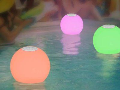 Boule lumineuse de piscine avec enceinte connectee